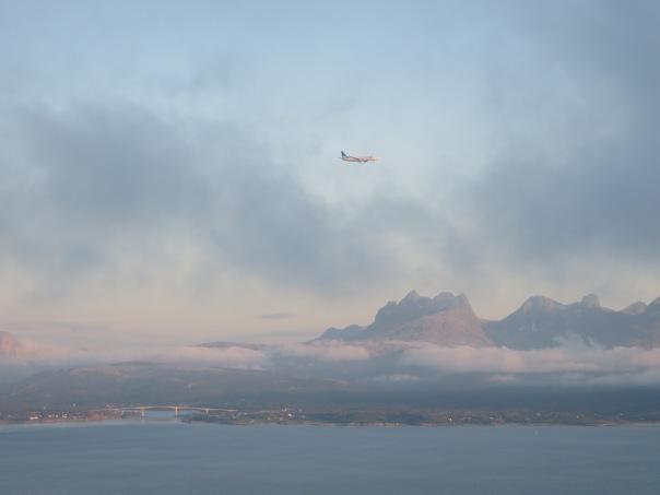 SAS inn for landing i Bodø, spottet fra Hunstadtoppen. Saltstraum-broa og Børvasstindan i bakgrunnen